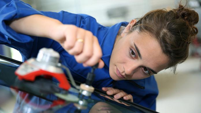 Cómo iniciar un negocio de reparación de ventanas de automóviles